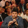 Patrick Fiori et sa flute lors de l'enregistrement de Vivement Dimanche avec Charles Aznavour, à Paris, le 31 août 2011