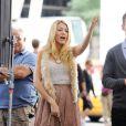 Blake Lively attrappe un fou rire devant les caméras sur le tournage de Gossip Girl le 1er septembre 2011 à New York