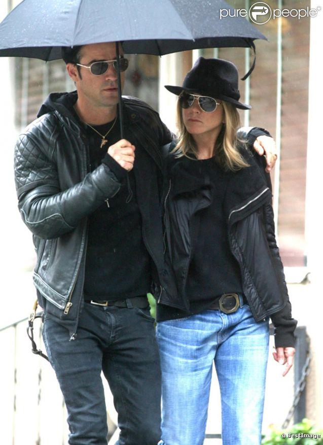 Jennifer Aniston et son chéri, amoureux sous un parapluie !
