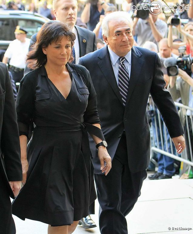 Anne Sinclair et Dominique Strauss-Kahn au tribunal, le jour de l'abandon des poursuites, à New York, le 23 août 2011.