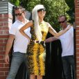 Lady Gaga succombe également à la tendance, dans une couleur exotique et signée Versace. Los Angeles, le 13 août 2011.