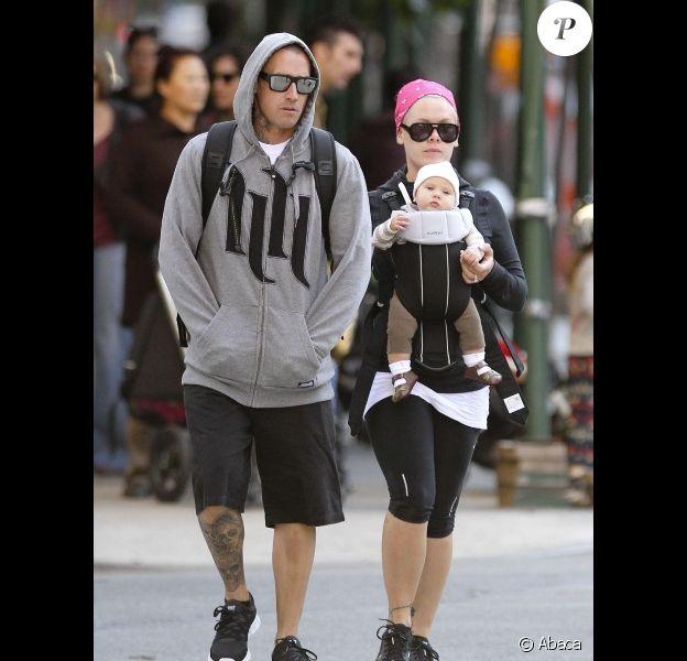 Pink et Carrey Hart se promènent avec leur fillette Willow à New York, le 7 octobre 2011