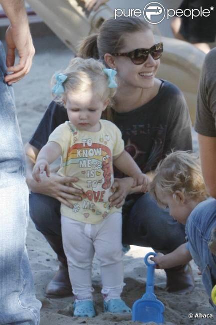 Amy Adams et sa fille Aviana au parc à Los Angeles, 10 octobre 2011