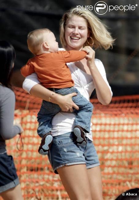 Ali Larter s'amuse avec son fils chez Mr. Bones Pumpkin Patch à Los Angeles le 15 octobre 2011
