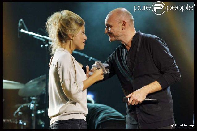 Selah Sue reçoit le dixième prix Constantin des mains du président Gaëtan Roussel, à Paris, le 17 octobre 2011.