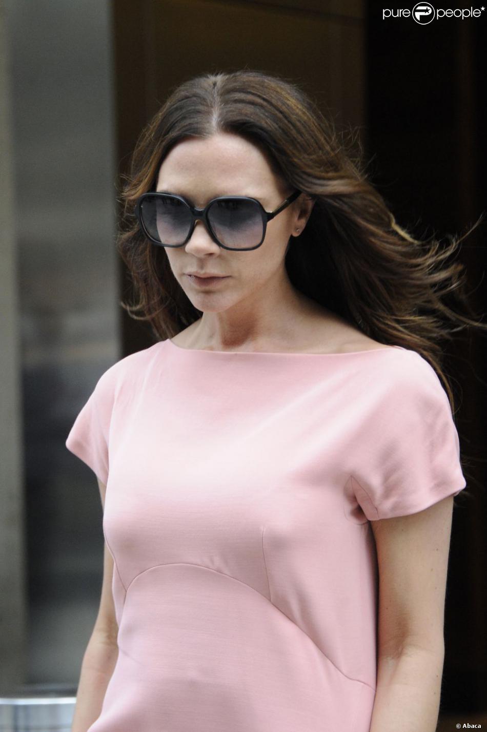 L imperturbable Victoria Beckham, le visage fermé et caché par ses lunettes  de soleil, en pleine séance shopping. New York, le 15 septembre 2011. a301dfa4bde7