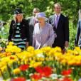 Au second jour de sa visite officielle en Australie du 19 au 29 octobre, la reine Elizabeth II, avec son époux le duc d'Edimbourg, s'est promenée à la Florade, l'exposition florale de Canberra, jeudi 20 octobre.