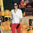 Le top model Alessandra Ambrosio, dans un look stylé et confortable pour préparer Halloween. Los Angeles, le 17 octobre 2011.