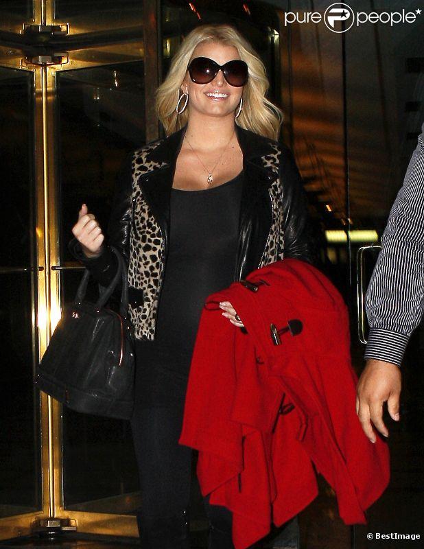 Jessica Simpson tout sourire alors qu'elle sort de son hôtel, le mardi 25 octobre 2011.