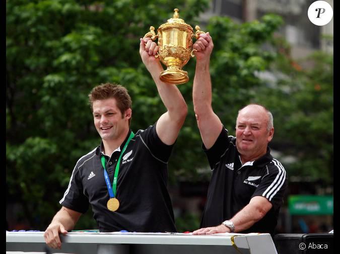 Richie mccaw et les all blacks vainqueurs de la coupe du monde acclam s dans les rues d - Vainqueurs coupe du monde ...