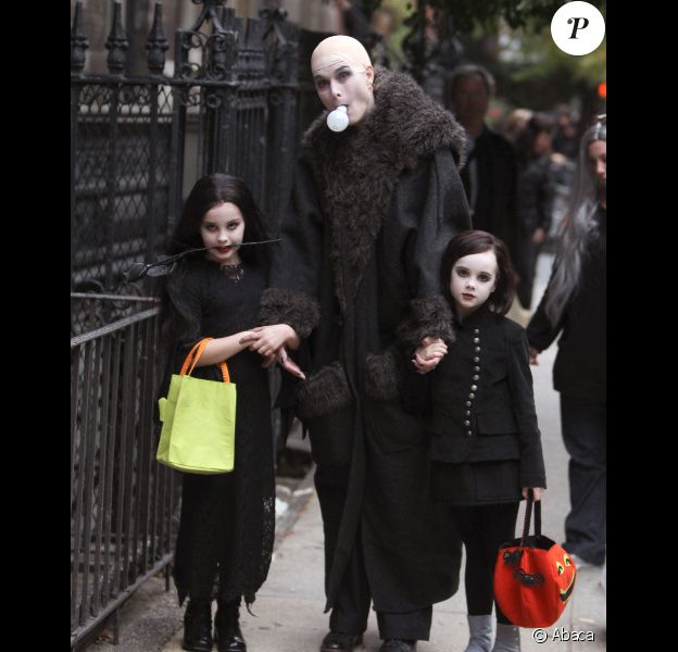 Brooke Shields, déguisée en oncle Fester/Fétide de la Famille Addams, avec ses filles bien assorties, Grier et Rowan, à New York le 31 octobre 2011