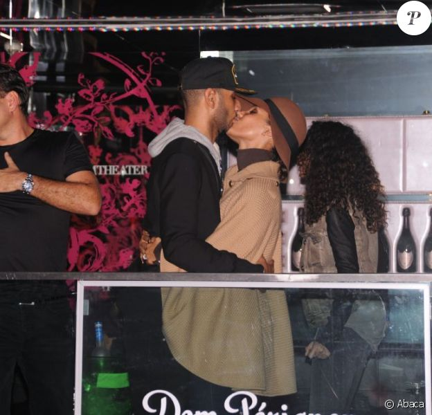 Alicia Keys embrasse son mari Swizz Beatz à Paris au VIP ROOm le 8 octobre 2011