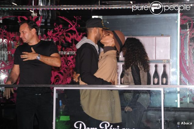 Alicia Keys embrasse son mari Swizz Beatz à Paris au VIP ROOm le 8 octobre 2011