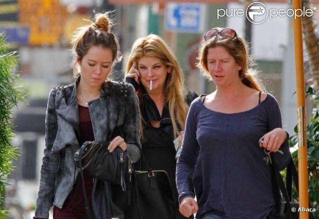 Kirstie Alley fume sa cigarette avec sa fille Lillie Price à Los Angeles, le 4 novembre 2011
