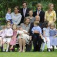 La famille royale belge réunie au palais Laeken en juin 2008 pour la traditionnelle séance photo annuelle.