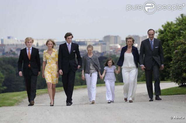 La princesse Astrid et le prince Lorenz avec leurs cinq enfants (dont le prince Amedeo, troisième en partant de la gauche) au palais Laeken en juin 2008 pour la traditionnelle séance photo annuelle.