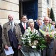Jean-Pierre Marielle, Jean-François Legaret, Catherine Salvatore, Christophe Girard et Daniel Vaillant lors de la cérémonie dévoilant une plaque en hommage à Henri Salvador à Paris le 9 novembre 2011.