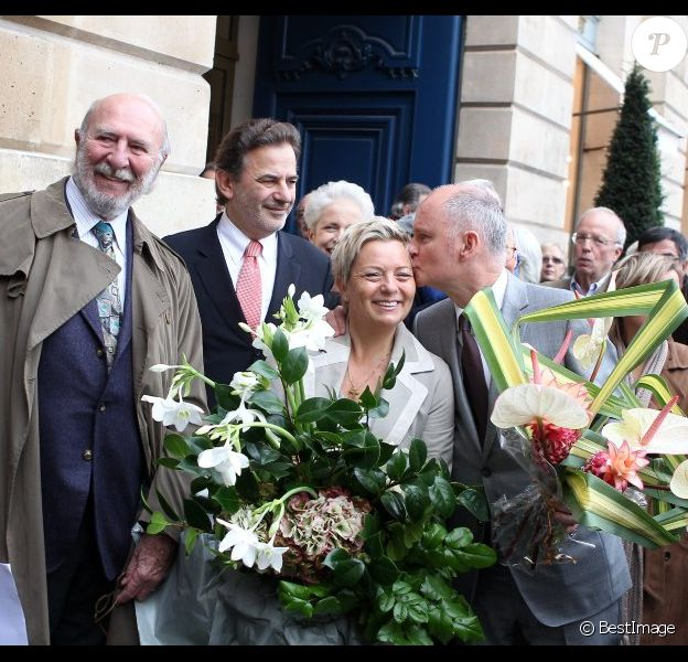 Jean-Pierre Marielle, Jean-François Legaret, Catherine Salvatore et Christophe Girard lors de la cérémonie dévoilant une plaque en hommage à Henri Salvador à Paris le 9 novembre 2011.