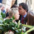 Catherine Salvatore et Pierre Lellouche lors de la cérémonie dévoilant une plaque en hommage à Henri Salvador à Paris le 9 novembre 2011.
