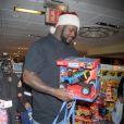 Les bras chargés de cadeaux, Shaquille O'Neal a parcouru les allés d'un célèbre magasin de jouets le 14 novembre 2011 à New York