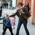 Marcia Cross essayent de calmer ses jumelles Eden et Savannah se baladent à Los Angeles, le 14 novembre 2011