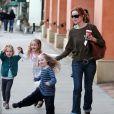 Marcia Cross et ses filles toute souriantes Eden et Savannah se baladent à Los Angeles, le 14 novembre 2011