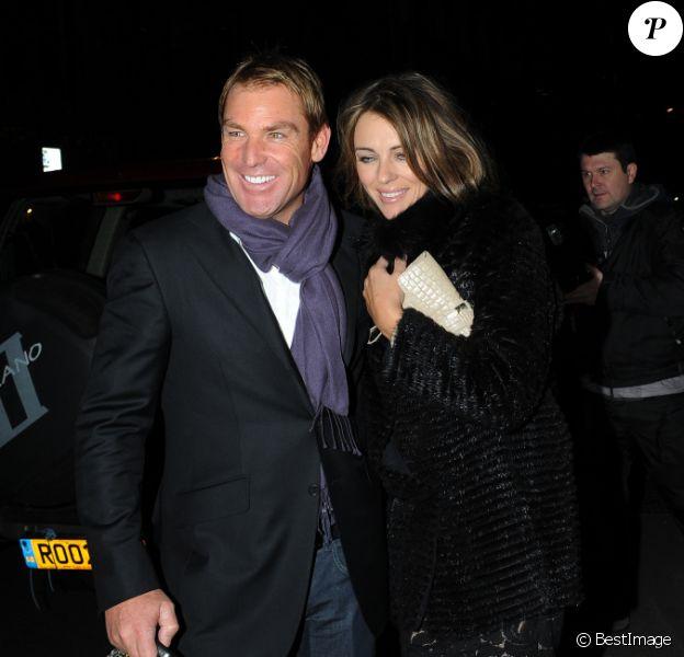 Liz Hurley et son fiancé Shane Warne amoureux et complices, ils quittent un restaurant de Mayfair à Londres le 22 novembre 2011