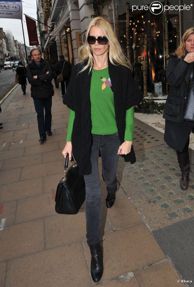 Le top model Claudia Schiffer, cachée derrière ses lunettes oversize, prouve qu'elle a encore de la ressource, résistant aux charges des fashionistas et it-girls émergeantes de Londres. Le 6 décembre 2011.