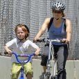 Jodei Foster à vélo avec son deuxième fils Kit en 2007