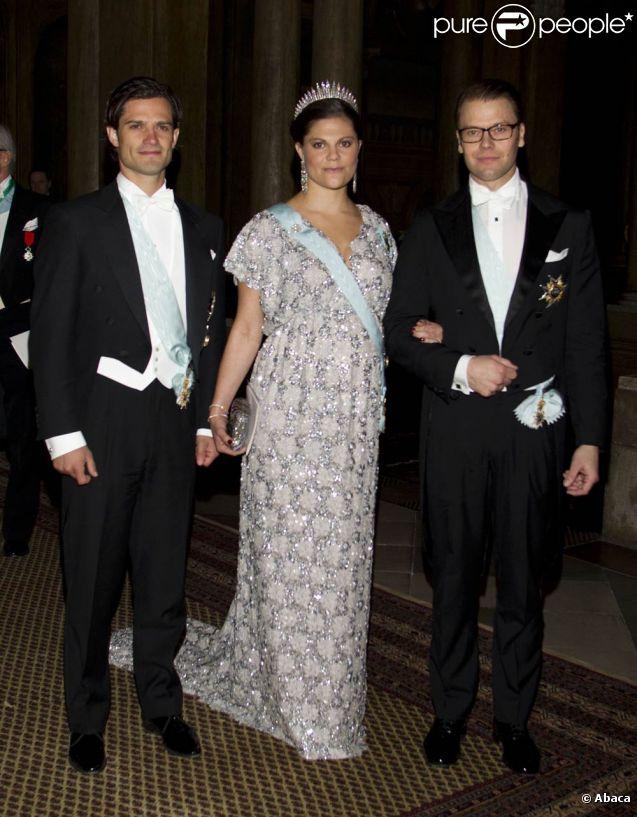 La princesse Victoria de Suède avec son frère le prince Carl Philip et son époux le prince Daniel au palais royal de Stockholm le 11 décembre 2011 pour un dîner en l'honneur des lauréats des prix Nobel.