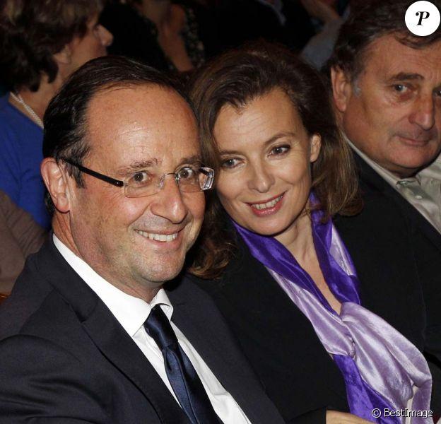 François Hollande et Valérie Trierweiler à la générale de Quadrille au Théâtre Edouard-VII, à Paris, le 12 décembre 2011.