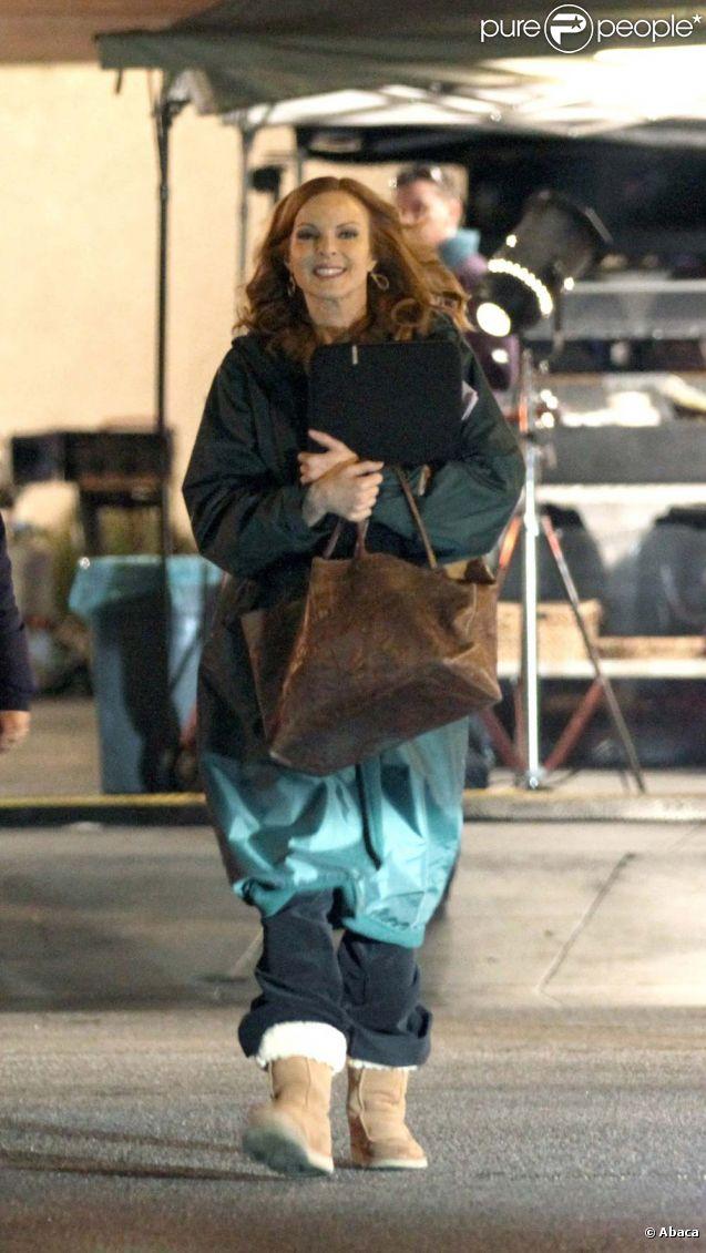 Marcia Cross, entre deux prises se protègent du froid comme elle peut, sur le tournage de Desperate Housewives, à Los Angeles, le 15 décembre 2011.