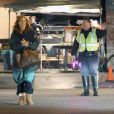 Marcia Cross, entre deux prises se protègent du froid comme elle peut, sur le tournage de Desperate Housewives, à Los Angeles, le 15 décembre 2011. C'est sans doute confortable à défaut d'être classe...