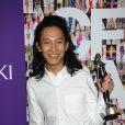Le créateur Alexander Wang lors des CFDA Awards 2010 avec son prix Swarovski, à New York le 7 juin 2010.