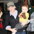 L'actrice Amy Poehler et son deuxième fils Abel à Los Angeles, le 7 janvier 2012.