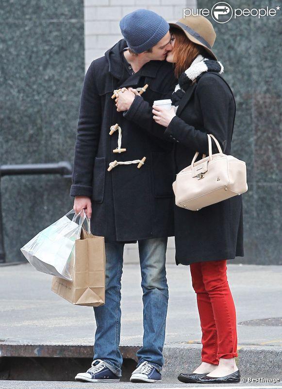 Emma Stone et Andrew Garfield ne peuvent s'arrêter de s'embrasser dans les rues de New York le 8 janvier 2012