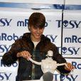 Très taquin, Justin Bieber inaugure un nouveau robot qui danse au salon CES de Las Vegas, le 11 janvier 2012