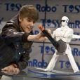 Délirant, Justin Bieber découvre un prototype de robo qui danse, lors du salon CES le 11 janvier 2012 à Las Vegas