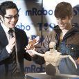 Délirant, Justin Bieber découvre un prototype de robot qui danse, lors du salon CES le 11 janvier 2012 à Las Vegas