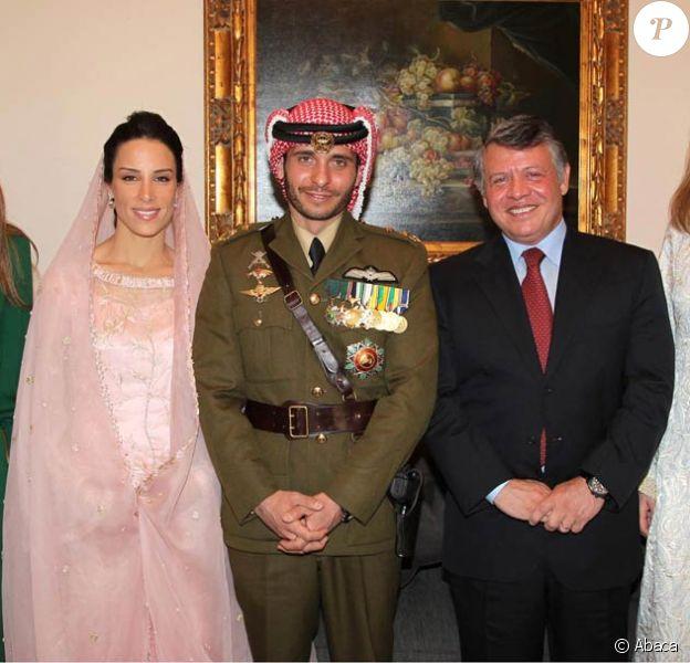 Entouré de son demi-frère le roi Abdullah II et de sa femme la reine Rania, le prince Hamzah bin al Hussein de Jordanie (31 ans) a épousé le 12 janvier 2012 à Amman, en secondes noces, la princesse Basmah Bani, 26 ans, en présence de sa mère la reine Noor (à droite).