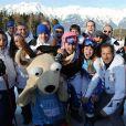 Clara Direz (à d.) et Estelle Alphand (à g., casque rose) posent avec la mascotte Yoggi et la délégation française après leur doublé or-argent dans le slalom géant aux Jeux Olympiques d'Hiver de la Jeunesse d'Innsbruck, le 18 janvier 2012.