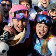 Clara Direz (à d.) et Estelle Alphand (à g., casque rose) posent avec la délégation française après leur doublé or-argent dans le slalom géant aux Jeux Olympiques d'Hiver de la Jeunesse d'Innsbruck, le 18 janvier 2012.