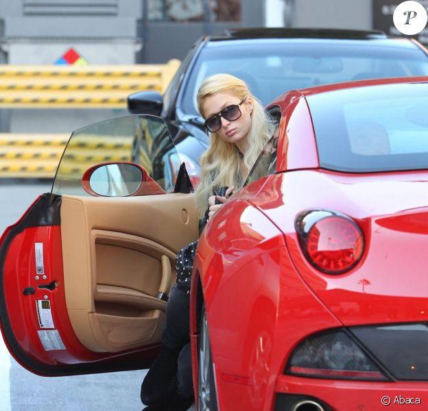Paris Hilton descend de sa superbe Ferrari à Los Angeles, le 18 janvier 2012.