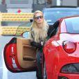 La plus célèbre des blondes Paris Hilton descend de sa Ferrari à Los Angeles, le 18 janvier 2012.