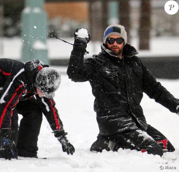 Hugh Jackman et ses enfants en pleine bataille de boules de neige à New York le 21 janvier 2012