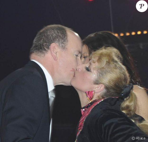 Le prince Albert, remettant avec sa soeur la princesse Stéphanie, le Clown d'or à la famille Casselly, a pu mesurer l'euphorie de la maman de la tribu ! Mardi 24 janvier 2012, au 6e soir du 36e Festival international du cirque de Monte-Carlo, la princesse Stéphanie de Monaco révélait le palmarès et distribuait les prix, avec l'aide de sa fille Pauline Ducruet, de son frère le prince Albert et de sa belle-soeur la princesse Charlene.