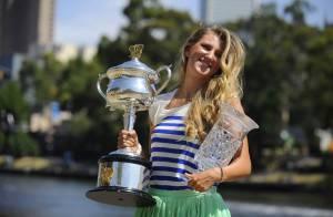 Victoria Azarenka : Numéro un, son trophée en main, elle joue les mannequins
