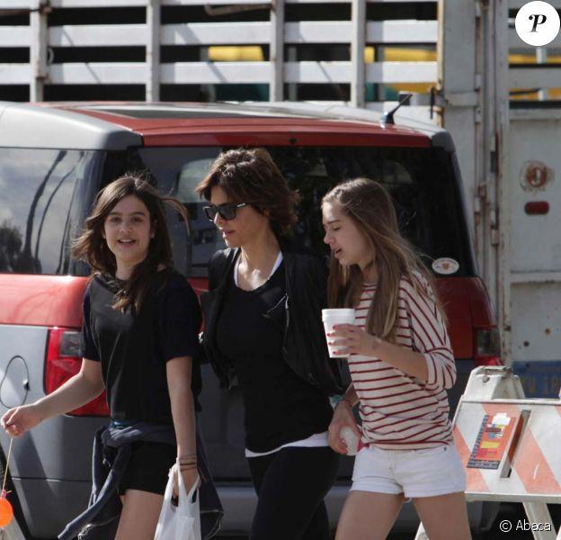 Trois drôles de dames : Lisa Rina et ses filles Delilah Belle et Amelia Gray en promenade dans le quartier de Studio City, à Los Angeles, le 29 janvier 2012.