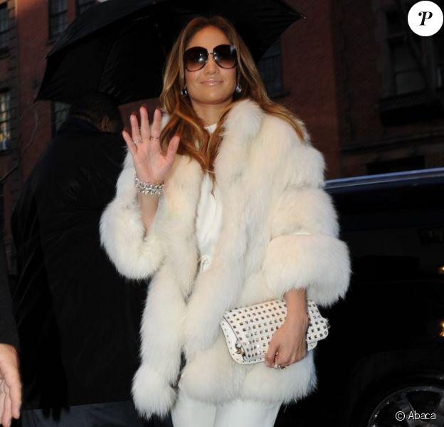 Jennifer Lopez à New York, se protège du froid grâce à une épaisse veste en fourrure portée sur une combinaison Fendi et des Louboutin. Le 30 janvier 2012.