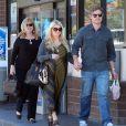 Jessica Simpson, Eric Johnson et la maman de ce dernier se rendent dans une station service à Santa Barbara, le samedi 28 janvier 2012.